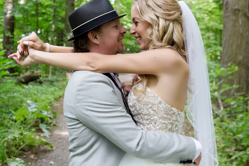 wedding couple at Kortright Centre for Conservation