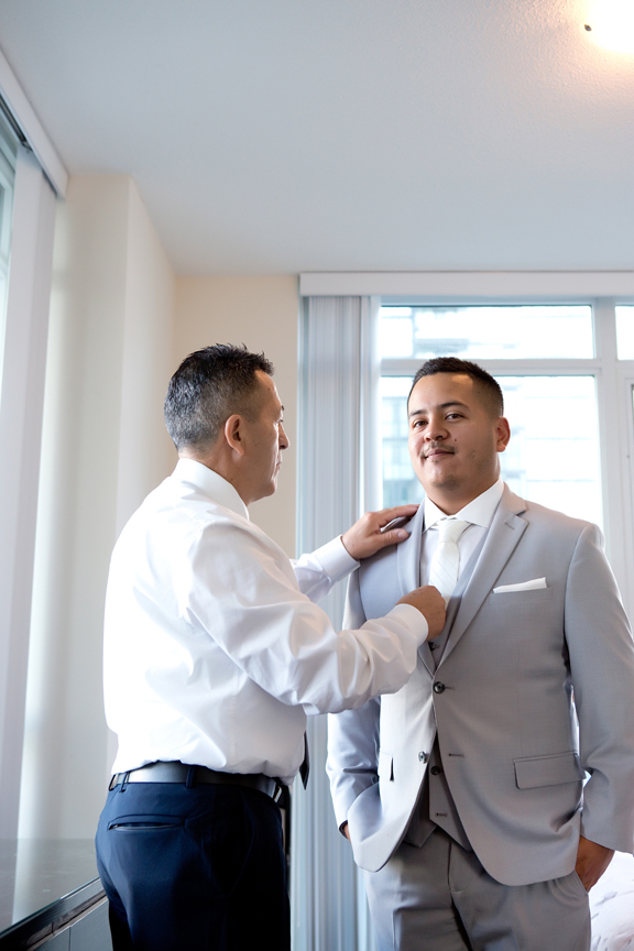 groom prep with dad at Hazelton Manor