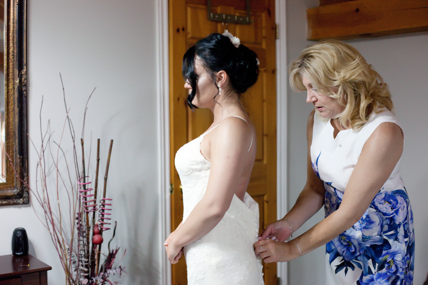 bride prep with mom
