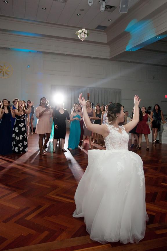 bouquet toss Chinese wedding reception at Ascott Parc