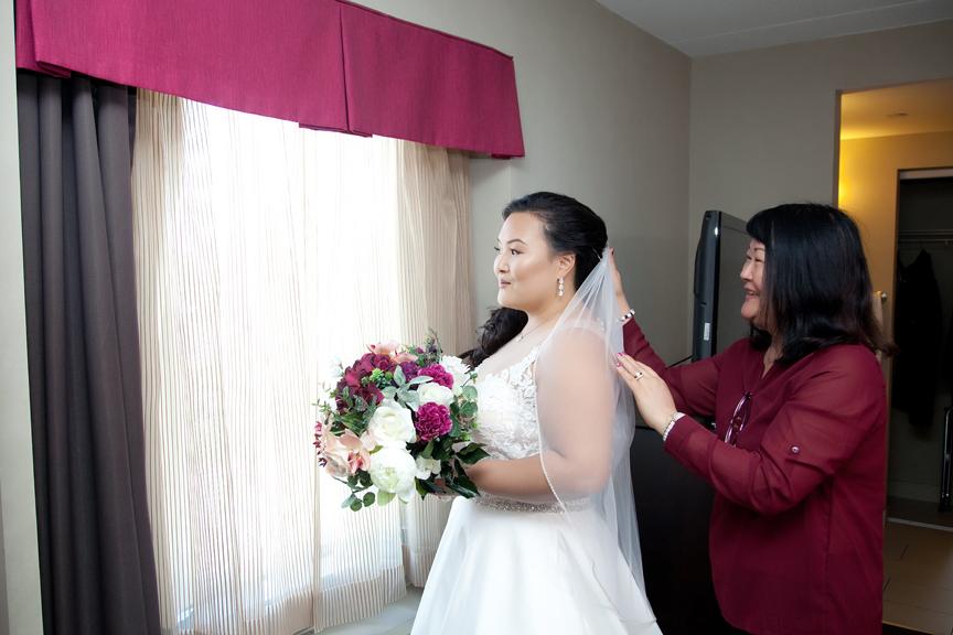 bride prep wedding with mom