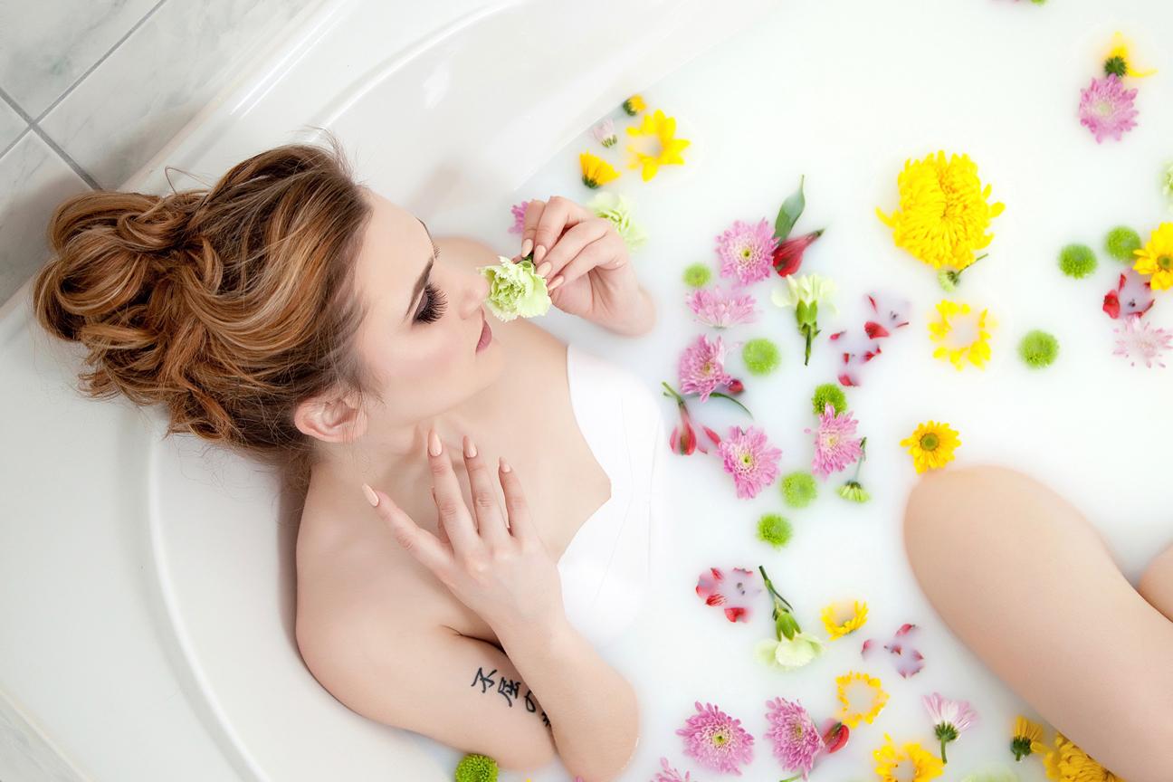 boudoir session floral bath