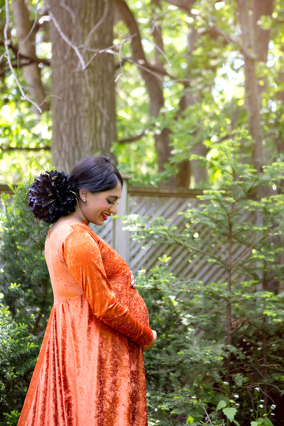 Backyard pregnancy portrait during COVID-19